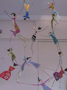 Acrobatas cartapesta (papier mache) mobile Mais Paper Mache Crafts, Wire Crafts, Diy And Crafts, Crafts For Kids, Circus Crafts, Circus Decorations, Art Projects, Projects To Try, Middle School Art