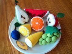 OVOCE do dětské kuchyňky Různé druhy ovoce z filcu. Hračka do dětské kuchyňky. Velikost jablka - cca 6 cm, hruška 9 cm. Velikost ovoce ráda přizpůsobím vašim požadavkům. Cena je za 1 kus. Hrozny 245,- Kč/ kus , švestky-cena za 2 kusy, jahody za 3 kusy. Celou nabídku šitých potravin najdete ZDE.