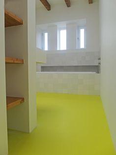 gietvloer badkamer Amsterdam #badkamer #gietvloer #hout #geel #interieur Hallway Storage, Hallways, Amsterdam, Shelves, Home Decor, Shower, Foyers, Shelving, Decoration Home