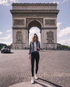 A imagem pode conter: 1 pessoa, em pé, sapatos e atividades ao ar livre