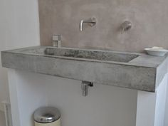 Wasbak van beton met achterwand van beton cire. Op de muren een kleur van Painting the past. www.cedante.nl