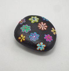 Blumenmotive verschönern die Steinoberfläche