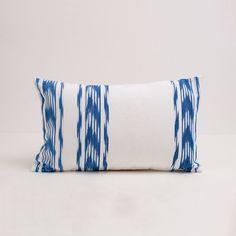 Funda artesanal para cojín de 50x30 confeccionado con tela de ikat azul. Boutiquers. #madeinmallorca #mallorca #teladelenguas #ikat #summer #mediterraneo Funda mar 50x30 de cati vicens - Boutiquers