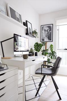 Het perfecte thuiskantoor, zo richt je hem in De kans is groot dat je weleens thuis werkt of dat je misschien wel volledig vanuit huis werkt. Investeer in dat geval zeker in een goed thuiskantoor, want dit bevordert de productiviteit. Zo begin je met inrichten. #workspace #thuiskantoor #bureau #werkplek #inspiratie #styling #wonen #home #homedecor