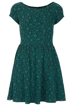 We have a roundup of our favorite winter emerald clothes and accessories from around the web. Check out this floral jacquard tunic, $64!