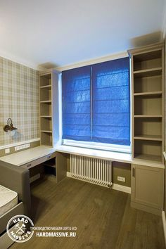 Письменный стол и шкафы вокруг окна на заказ по индивидуальным размерам