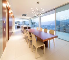 Even the dining area benefits from the unique panoramic view over Lake Lugano. Designed by Philipp Architekten - Anna Philipp.