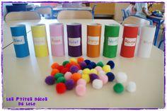 tubes rouleau PQ peint dans différentes couleurs et pompons à mettre dedans