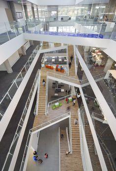 내외부를 밀착시키는 건축적 방법, 다양한 내부의 공간을 하나의 연속된 흐름으로 엮기. 덴마크 하데슬레우에 위치한 VUC Syd는 일반적인 교육시설과는 차별화 되는 교육공간으로 구성된다. 도시와 항구를 360도 조망 가능한 건축물의 배치는 워터프론트에 위치한 지리적 특징으로 부터 기인된 물리적 요소와 지면에서 부터 지상으로 연속되는 테라스의 건축적 특징으로 내외부의 밀착도를 높인다. 이와 동시에 건축물 내부 중..