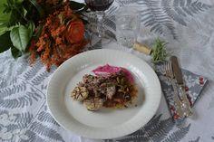 Karitsaconfit, röstiperunaa, punajuurimoussea ja suppilovahverohilloke