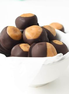 Healthy Buckeyes Balls Recipe - Easy, Vegan, Keto, Dairy-Free fudgy protein peanut butter balls, the best low carb vegan Christmas treat with paleo option Healthy Vegan Snacks, Vegan Treats, Peanut Butter Balls, Vegan Christmas, Buckeyes, Dairy Free, Easy Meals, Low Carb, Keto