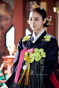 Beautiful Kim Tae Hee in vibrant hanbok in drama 'Jangok Jeong'