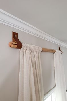 DIY Wood Curtain Rods with Leather Straps for Under 10 Dani Koch Wood Curtain Rods, Farmhouse Curtain Rods, Modern Curtain Rods, Cheap Curtain Rods, Curtain Rod Brackets, Rideaux Design, Diy Casa, Diy Curtains, Bedroom Window Curtains