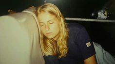 Heidi tog sig en lille lur på vej på en af de lange busture igennem 1994 #indonesien #rejseminder #backpackerplanet