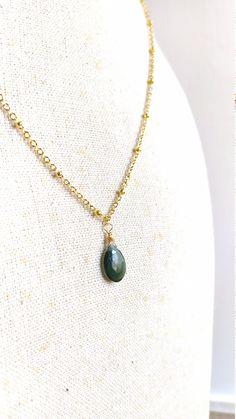 Collana collier corto placcato oro 24k con pendente verde briolette serpetine russa Short Necklace, Pearl Necklace, Pendant Necklace, Chokers, Pearls, Chain, Green, Earrings, Jewelry