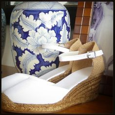 Want to get married in comfy shoes? #mumishoes #alpargatas #espadrilles #espadrillas #esparteñas #espardeñas #madeinspain #traditional #natural #chicshoes #comfyshoes #forbrides #weddingshoes