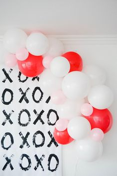 Here are some ideas to surprise your kids with a mini Valentine's Day party. XOXO backdrop, balloon garland, donut tree, and craft ideas. Valentine Backdrop, Valentines Balloons, Valentines Day Photos, Valentines Day Party, Valentines Day Decorations, Valentines For Kids, Valentine Mini Session, Balloon Wreath, Balloon Party