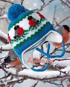 Вязаная детская шапочка со снегирями (вид спереди)