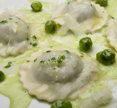 Ravioli di tarassaco con crema di piselli e burro profumato al limone | ItaliaSquisita
