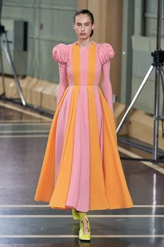 Emilia Wickstead Spring 2020 Ready-to-Wear Fashion Show Collection: See the complete Emilia Wickstead Spring 2020 Ready-to-Wear collection. Look 11 Pink Fashion, Fashion 2020, Fashion Week, Modest Fashion, Runway Fashion, Fashion Dresses, Vintage Fashion, London Fashion, Style Fashion