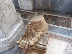 DOMVS ROMANA: Calceus, andar cómodamente y con estilo en la antigua Roma Byzantine Architecture, Roman Sandals, Roman Sculpture, Roman Art, Ancient Romans, Ancient Greece, Oil Lamps, Girl Face, Rome