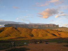 Tepuy Roraima, Venezuela. Tepuy: formación rocosa muy grande y elevada, aislada, de pendiente vertical y cima plana, propia del macizo guayanés.