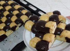 A tésztából golyókat formált, majd tepsibe tette, elképesztően finom sütemény lett belőle! - Ketkes.com Pancakes, Muffin, Food And Drink, Pudding, Sweets, Breakfast, Pastries, Morning Coffee, Gummi Candy