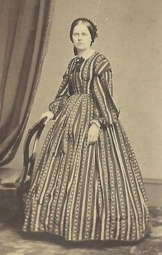 CDV PHOTO LOVELY YOUNG WOMAN ABSOLUTELY BEAUTIFUL DETAILED STRIPED DRESS 1860'S