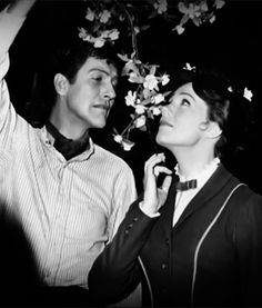 Dick Van Dyke and Julie Andrews goofing around on the set of Mary Poppins Julie Andrews, Mary Poppins Movie, Mary Poppins 1964, Julia Roberts, Stana Katic, Angelina Jolie, Audrey Hepburn, Merry Poppins, Marilyn Monroe