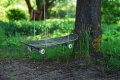 Micheal Colombo over at MAKE posted this example of true ingenuity: a swing made from a skateboard. You could even just hang the ropes and make it a bring-your-own-skateboard swing. Fun Diy Projects For Home, Skateboard Swing, Skateboard Design, Outdoor Fun, Outdoor Decor, Outdoor Swings, Garden Swings, Ideias Diy, Reuse Recycle