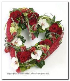 Benodigdematerialen: Rood hart open, het kan gemaakt worden van een hart van gewoon steekschuim en dat afwerken met rood stof bv colorflor...