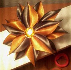 Фото Satin Flowers, Diy Flowers, Fabric Flowers, Ribbon Work, Silk Ribbon, Ribbons Galore, Kids Hair Bows, Graduation Leis, Kanzashi Flowers