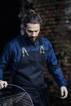 #schort #horeca #bedrijfskleding #мужчина Bartender Uniform, Jean Diy, Barber Apron, Restaurant Uniforms, Leather Apron, Aprons For Men, Apron Designs, Work Uniforms, Canvas Leather