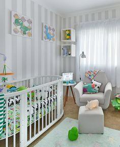 Fugir do óbvio é o segredo para uma #decoração moderna e atual na hora de montar o quarto dos #meninos apaixonados por #dinossauros.Quartinho temático do Fefe e da mamys Lia Camargo @Lia Campos! É um ambiente com tons neutros e toques de cores e estampas lúdicas! Ensaio em parceria com @amomooui #boysroom #dragon #decor #dino #decoraçãomoderninha #decorkids #quartodemenino #quartodebebê #lorenacanals