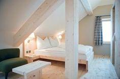 aménagement chambre à coucher sous les combles en bois blanc