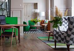 Hotellin aula, jossa vastaanottotiski ja STOCKHOLM-tuotteilla sisustettu oleskelutila.