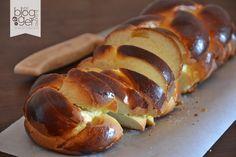 Tsoureki, un pane dolce tipico della Grecia, aromatizzato con del cardamomo e del pimento, ottimo con marmellata o salumi, si prepara a Pasqua.