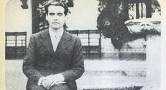Federico García Lorca, retratado en la plazoleta de los Olmos en Toledo en febrero de 1933 / ATLAS / MARCELLE AUCLAIR (ARCHIVO GREGORIO MARAÑÓN). Cultura en EL PAÍS