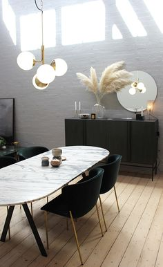 Minimalist beautiful: a stylish white marble dining table in the kitchen - Roomed - Minimalistisch mooi: een stijlvolle witte marmeren eettafel in de keuken – Roomed Minimalist be - Luxury Interior, Modern Interior Design, Modern Interiors, Retail Interior, Black Interiors, Deco Interiors, Industrial Interiors, Dining Suites, Dining Room Lighting