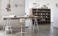 Klasyczne biurko w nowoczesnym wnętrzu - Biel i drewno w miejscu do pracy.