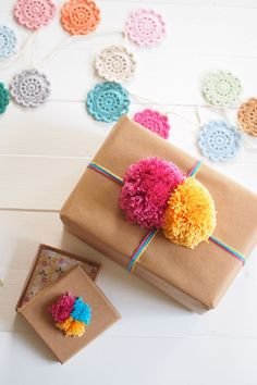 Gift wrapping ideas yarn and pom pom Present Wrapping, Creative Gift Wrapping, Creative Gifts, Paper Wrapping, Christmas Gift Wrapping, Christmas Crafts, Birthday Wrapping Ideas, Homemade Gifts, Diy Gifts
