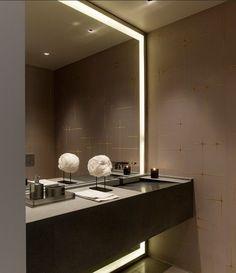 De spiegel van een kleine badkamer met licht omranden. Geniaal gevonden om een badkamer zonder ramen groter te doen lijken!