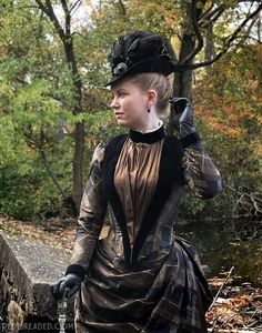 This brown and black plaid silk taffeta was originally earmarked for something 1850's, but once the weather began changing in September, I decided it would make