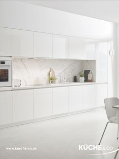 Pure marble white- Pure Marmor Weiß Fresh and generous is this integrated into… Pure marble white- Pure Marmor Weiß Fresh and generous is this integrated into the wall kitchenette with its symmetrical front. The high-gloss finish delicately reflects the Kitchen Room Design, Modern Kitchen Design, Home Decor Kitchen, Interior Design Kitchen, Kitchen Furniture, White Kitchen Interior, Nordic Kitchen, White Marble Kitchen, Kitchen Units