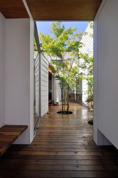 I see the courtyard from the entrance. The left bench is used when you wear off your shoes. Patio Interior, Interior Design Living Room, Interior And Exterior, Japanese Style House, Casa Patio, Retreat House, Internal Courtyard, Forest House, Interior Architecture