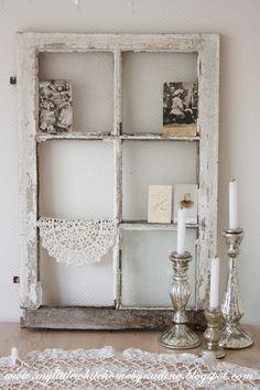 Dit blijft toch één van mijn favoriete stukken in huis. Een oud Frans raam in de originele verf. Prachtig hoe het vergrijsde hout door d...