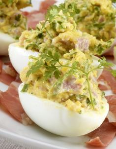 Gevulde eieren met ham Good Food, Yummy Food, Party Finger Foods, Egg Dish, Pasta, Cold Meals, Appetisers, Easter Recipes, High Tea