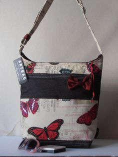 Sportos, messenger típusú táska, apró masnival díszítve