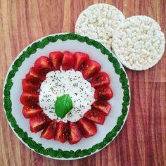 Pranzetto con #pomodori , #mozzarella e #gallette di #riso bio  Ho condito con un filo d'olio e tanti #semi di #chia che ho scoperto che sono ottimi per il nostro corpo (sopratutto per chi ha problemi intestinali come me ) e inoltre aumentano il senso di sazietà, per questo vengono usati nelle diete. Quindi ieri li ho comprati e sto iniziando a pensare come usarli, voi li mangiate? In che tipo di piatti li usate?  Vi auguro un buon pranzo..❤️