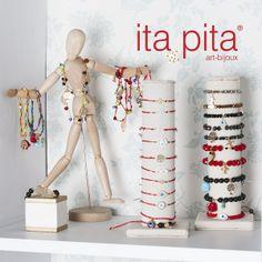 Un look descomplicado  y muy chic trae Ita Pita, sus accesorios en hilo rojo y con sus dijes en diferentes figuras (ojo, mano, trébol-paz y mandalas) serán la mejor opción .